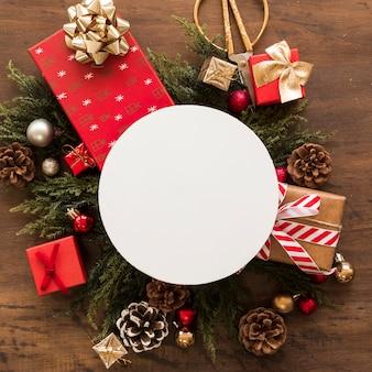 Tableta entre adornos navideños.