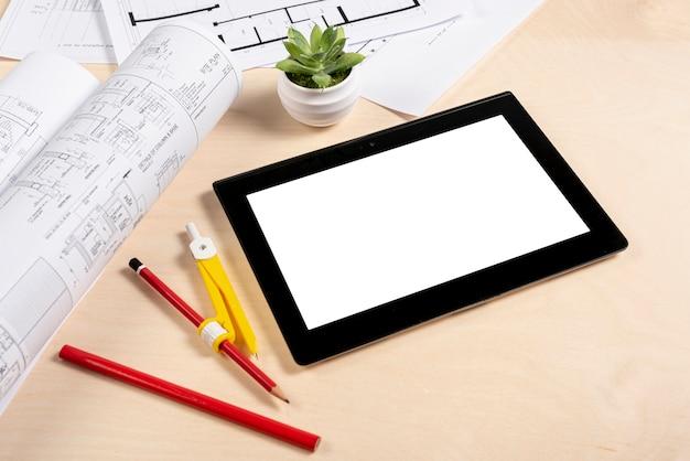 Tableta de alto ángulo en maqueta de escritorio