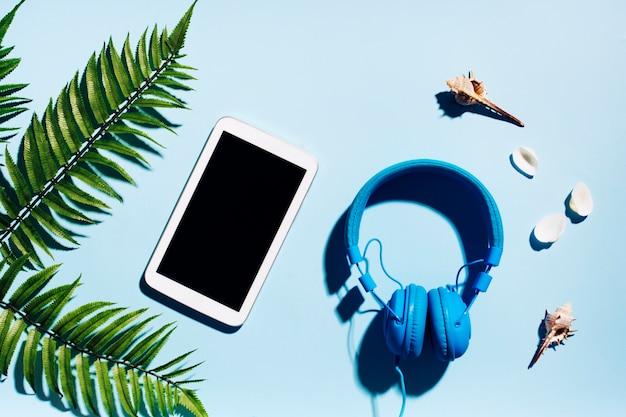 Tableta con auriculares para descansar.