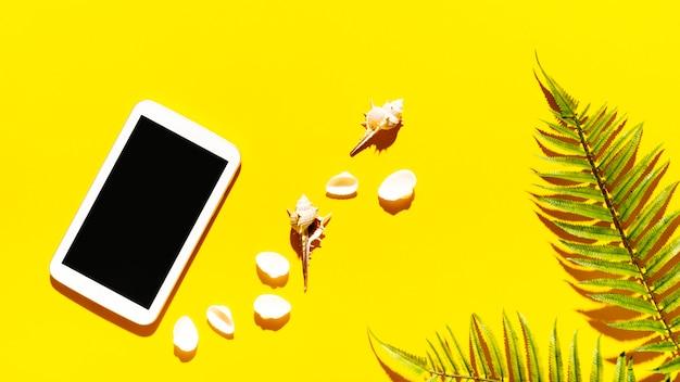 Tableta con conchas en el fondo brillante