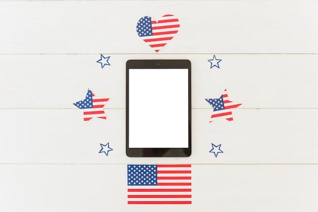 Tableta y decoración navideña de bandera estadounidense.