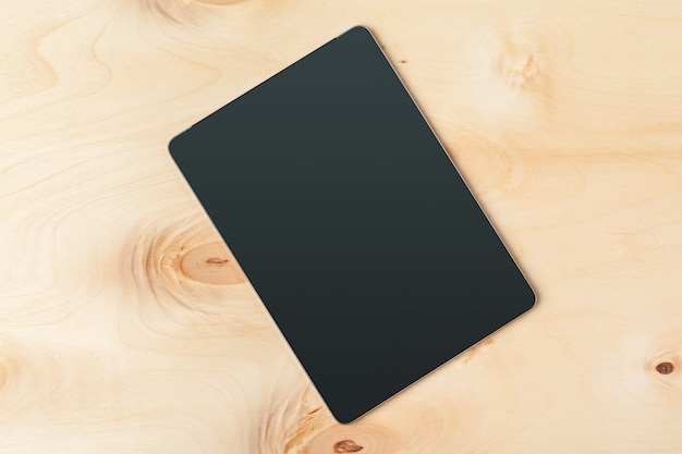 Tableta digital en mesa de madera