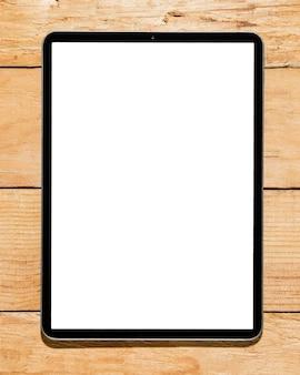 Tableta digital de pantalla blanca en escritorio de madera.