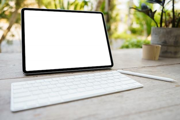 Tableta digital con pantalla blanca o pantalla vacía en blanco con teclado