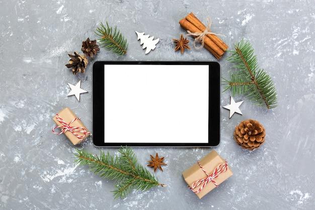 Tableta digital simulada con cemento gris navideño rústico