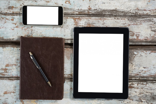 Tableta digital, teléfono inteligente y diario con bolígrafo