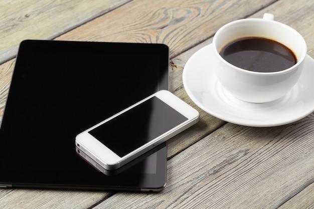 Tableta digital y teléfono inteligente en la mesa