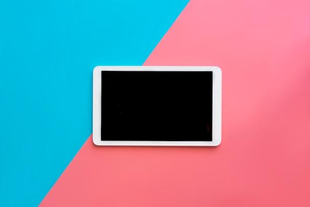 Tableta digital con vista superior de la pantalla en blanco