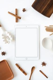 Tableta con espacio de copia de maqueta en blanco