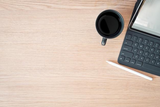 Tableta de espacio de trabajo mínimo, teclado inteligente y espacio de copia.