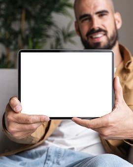 Tableta de explotación de hombre de primer plano
