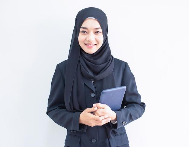 Tableta de explotación musulmana joven mujer de negocios