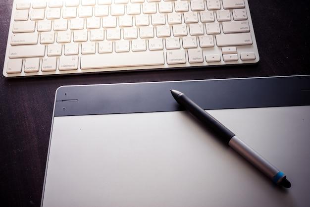 Tableta gráfica con bolígrafo y teclado.
