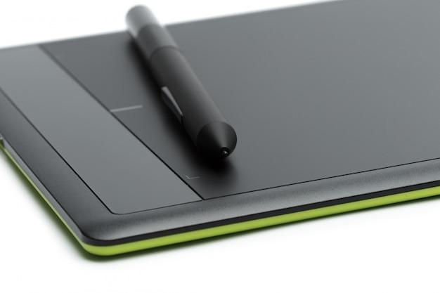 Tableta gráfica con lápiz para ilustradores y diseñadores, aislados en fondo blanco