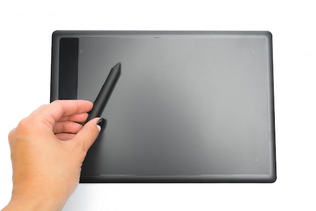 Tableta gráfica con pluma y mano para ilustradores y diseñadores, aislados en fondo blanco