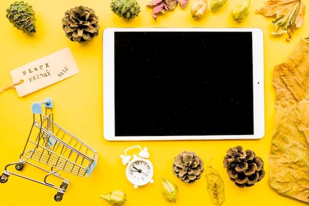 Tableta con inscripción de venta de viernes negro en mesa