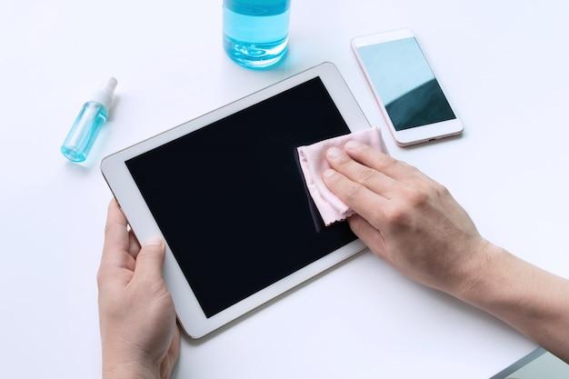 Tableta de limpieza de manos de hombre con tela de microfibra y spray de alcohol