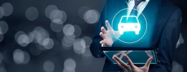 Tableta de mano de hombre y coche en pantalla