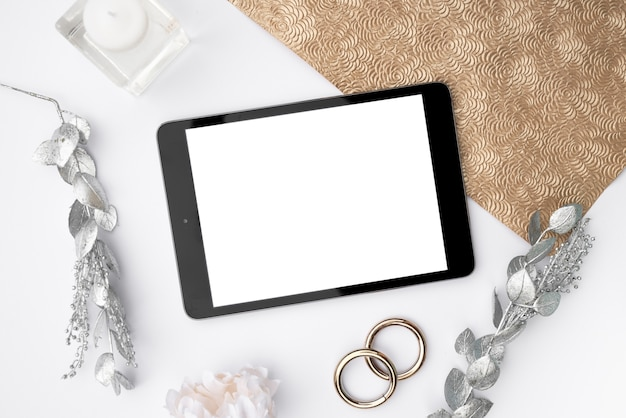 Tableta de maqueta de vista superior con anillos de boda