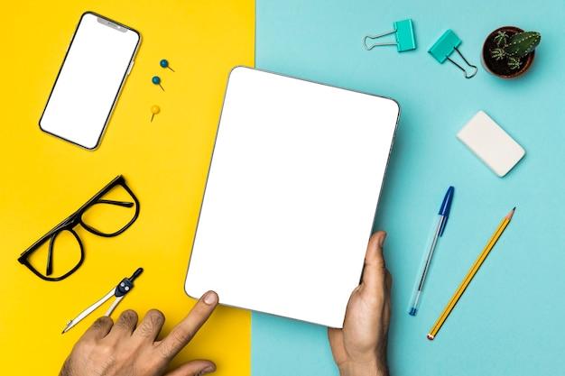 Tableta maqueta vista superior en concepto de escritorio