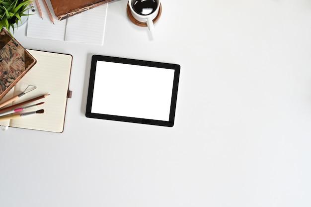 Tableta de maqueta de vista superior en el espacio de trabajo con espacio de copia.