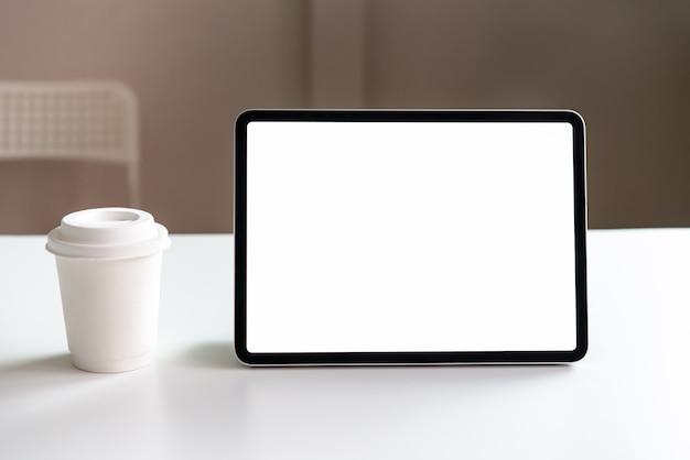 Tableta de la pantalla en blanco sobre la mesa simulada para promocionar sus productos. concepto de futuro y tendencia a internet para facilitar el acceso a la información.
