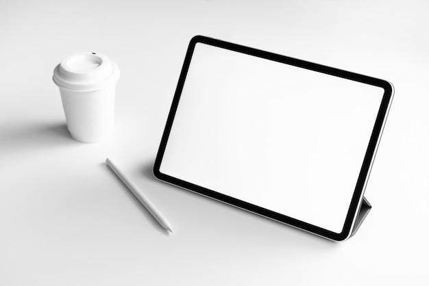 Tableta de la pantalla en blanco sobre la mesa simulada para promocionar sus productos.