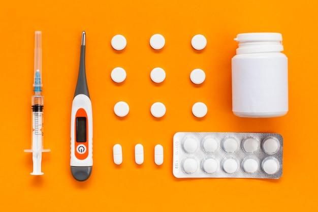 Tableta con pastillas y envase