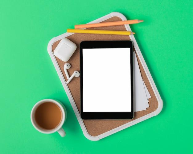 Tableta plana en maqueta de tablón de anuncios