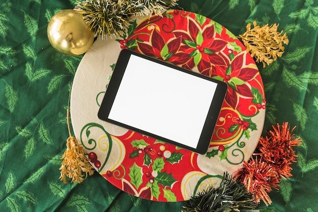Tableta con ramas de arbol de navidad