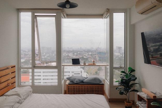 Tableta y snack en concepto de habitación de apartamento de trabajo desde casa