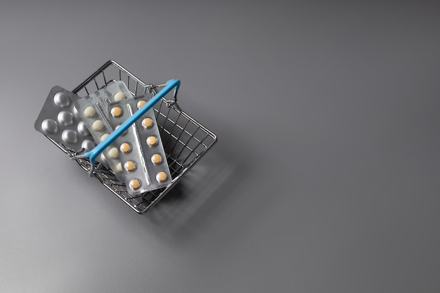 Tabletas en una canasta de comestibles