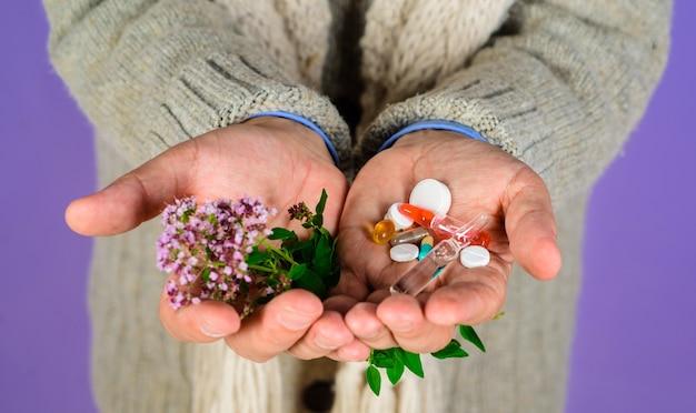 Tabletas de medicina alternativa, la mano del hombre sostiene las píldoras y el concepto de medicina natural de plantas a base de hierbas