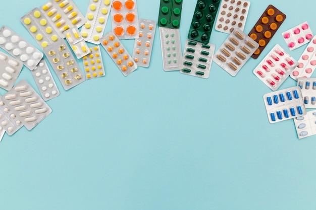 Tabletas de pastillas en la mesa