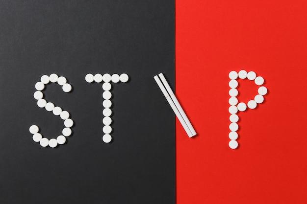 Tabletas redondas blancas de medicación en word stop