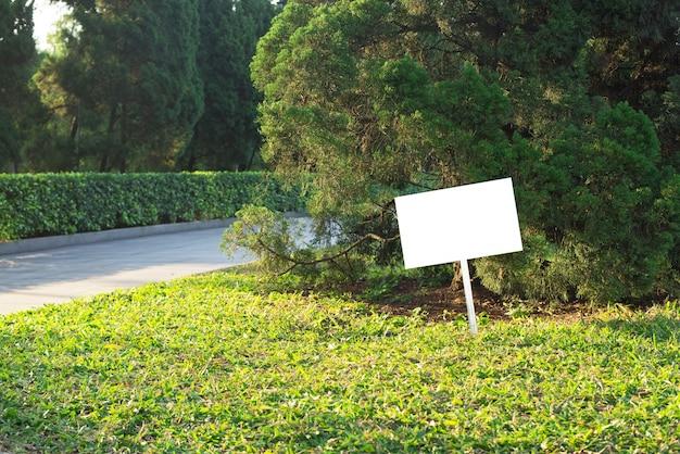 Tablón en blanco en el parque