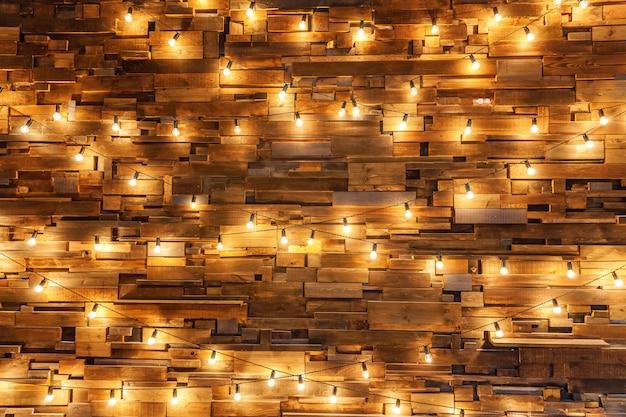 Tablones de madera con fondo de lámparas