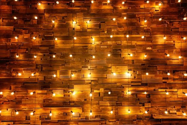 Tablones de madera con fondo de lámparas.