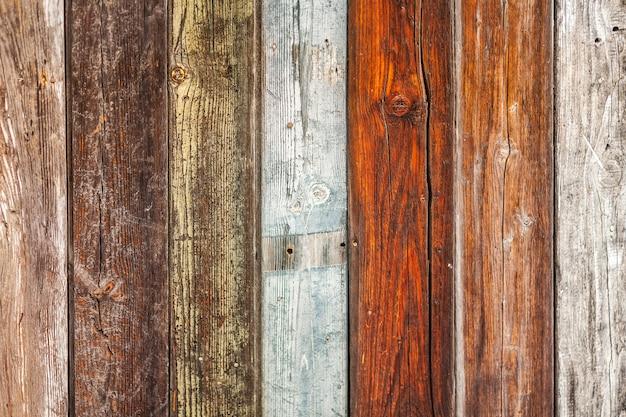 Tablones de madera de varios colores.