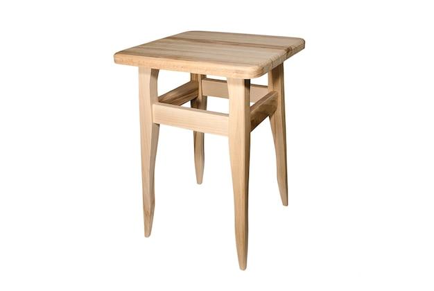Taburete de cocina de madera aislado en interior y muebles blancos