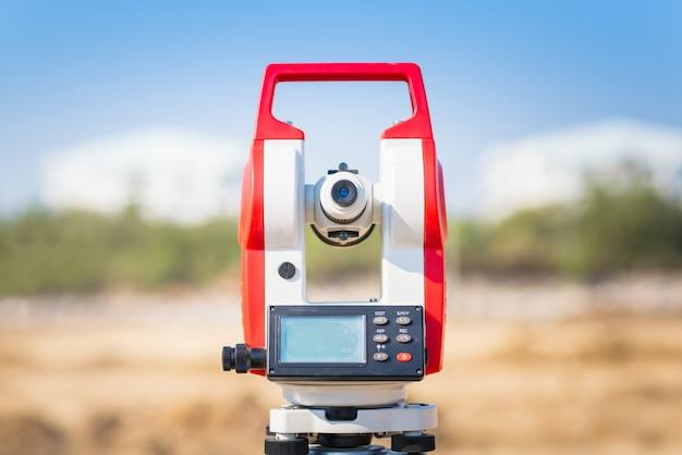Tacómetro del equipo del topógrafo en el sitio de construcción