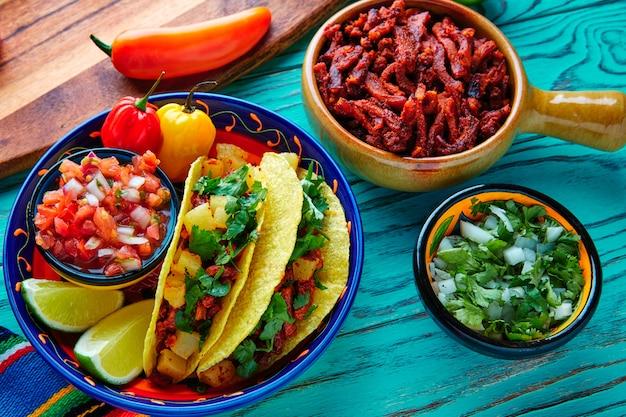 Tacos al pastor mexicano con piña de cilantro.