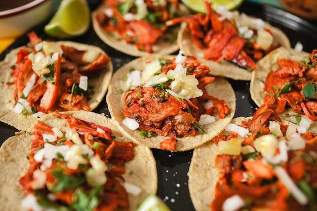 Tacos al pastor, taco mexicano, comida callejera en la ciudad de méxico
