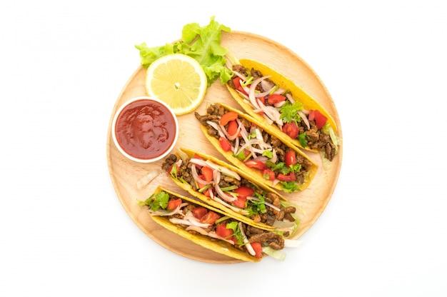 Tacos con carne y verduras aisladas sobre fondo blanco