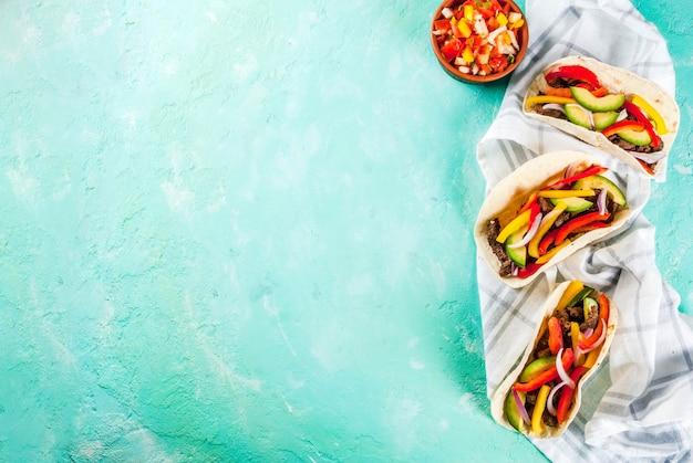 Tacos de cerdo mexicano sobre fondo verde