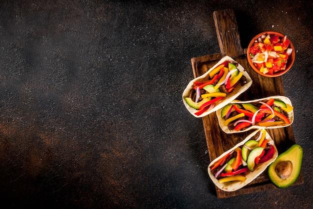 Tacos de cerdo mexicanos caseros con verduras y salsa