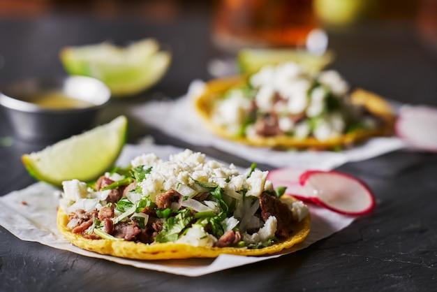 Tacos mexicanos con carne y queso
