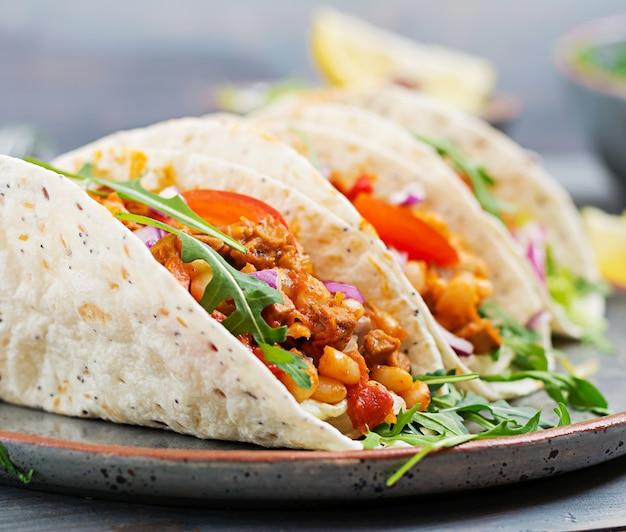 Tacos mexicanos con carne de res, frijoles en salsa de tomate y salsa