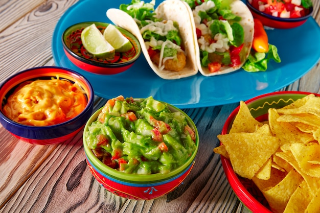 Tacos de pescado, comida mexicana, guacamole, nachos y chile.
