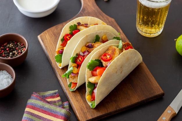Tacos de pollo, tomate, maíz y cebolla. comida mexicana. comida rápida.